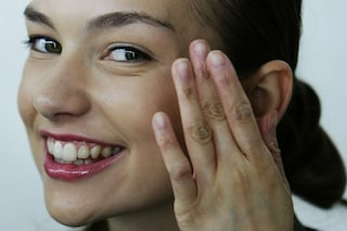 Le smorfie che causano le rughe: tutti i consigli per avere un viso giovane (FOTO)