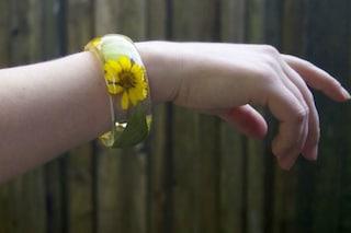 Bracciali in resina realizzati con fiori veri: ecco l'idea di Sarah (FOTO)