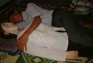 Porta a casa il corpo senza vita della moglie e dorme accanto a lei ogni notte
