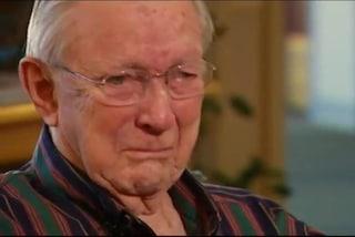 Rilegge la lettera d'amore inviata alla moglie durante la guerra e si commuove (VIDEO)