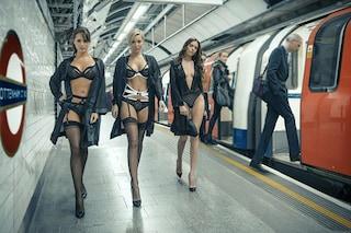 Modelle in lingerie nella metropolitana di Londra per lanciare la linea di intimo
