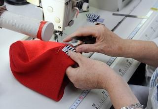 Cuce vestiti per le bimbe bisognose: ha 99 anni e una grande forza d'animo