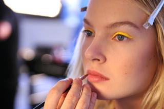 Come truccarsi per la festa della donna? Il make up per l'8 Marzo è giallo mimosa (FOTO)