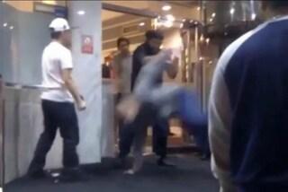 Viene picchiato tra la folla ma nessuno interviene: è polemica sul web (VIDEO)