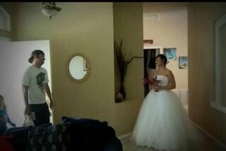 Indossa l'abito da sposa per l'anniversario e commuove il marito (VIDEO)