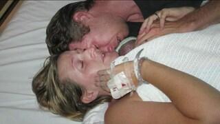 Dopo il parto non respira più: l'abbraccio della mamma lo fa tornare in vita (VIDEO)