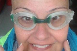 Selfie e ironia, ecco come l'ex campionessa di nuoto combatte il cancro
