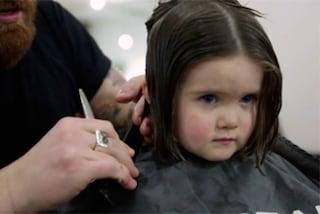 Il dolce gesto di Emily: a 3 anni taglia i capelli e li dona ai malati di cancro (VIDEO)