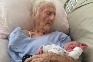 Tiene tra le braccia il nipote e commuove il web: hanno 101 anni di differenza