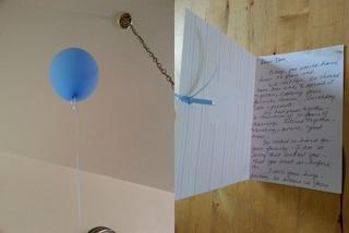 Scrive un biglietto dolce al marito morto e lo fa volare in cielo con un palloncino