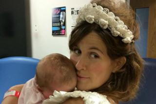 Le rimangono 48 ore da vivere e il suo fidanzato la sposa in ospedale