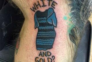 Si tatua il vestito che ha fatto impazzire il web, per lui è blu e nero