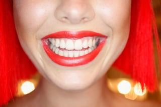I cibi che fanno bene ai tuoi denti: mele, fragole, mandorle e carote
