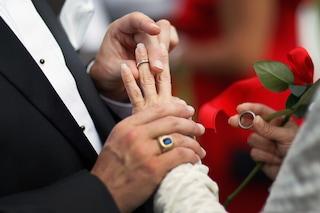 Il papà le muore tra le braccia mentre ballano: le nozze da incubo di Karen