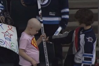 Alla partita di hockey fa un regalo alla bimba malata di cancro e commuove tutti