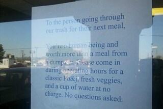Invita un senzatetto a mangiare nel locale e la sua storia commuove il web