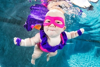Bimbi sott'acqua: le dolci foto del primo bagno dei neonati