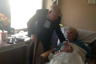 Indossa lo smoking e va in ospedale dalla moglie per festeggiare il 57esimo anniversario