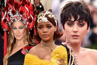 I capelli estremi delle star al Met Gala: copricapi, accessori e colori bizzarri (FOTO)