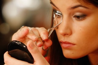 Tutti i segreti sul piegaciglia: modelli e consigli per utilizzarlo al meglio (FOTO)