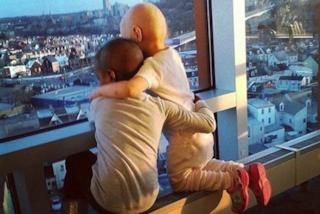 Due bimbe malate di cancro unite in un dolce abbraccio: la foto fa il giro del web