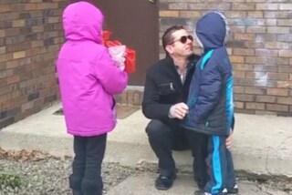 E' daltonico e vede per la prima volta gli occhi dei figli: l'emozione è immensa (VIDEO)