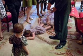 Fa i capricci alla Casa Bianca e si getta ai piedi di Obama: la bimba è una star del web