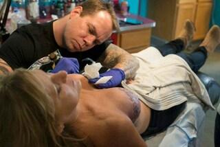 P.Ink: i tatuaggi sul seno per coprire le cicatrici della mastectomia