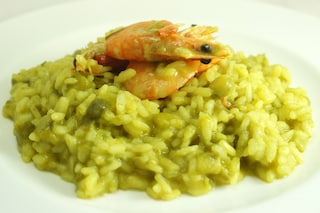 Risotto asparagi, gamberi e zafferano, un primo piatto di stagione