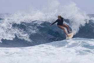 Bethany, la surfista senza un braccio sfida le onde al nono mese di gravidanza (FOTO)
