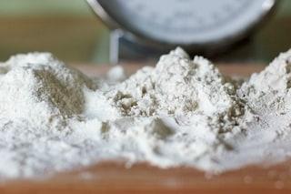 7 idee alternative per utilizzare la farina, dalla crema viso alla pulizia del rame