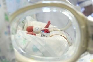 """Fotografano i primi 100 giorni del figlio nato prematuro: """"Lenny è un guerriero"""""""