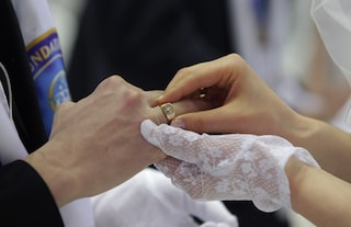 Le donne rifiutano il cognome del marito: vogliono mantenere la loro identità