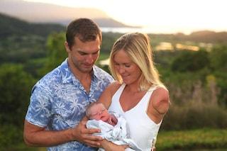 Bethany, la surfista senza un braccio dà alla luce il suo bimbo