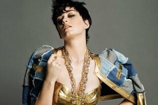 Capelli corti e catene gold: il nuovo stile di Katy Perry testimonial per Moschino (FOTO)
