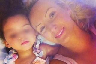 Cura l'epilessia della figlia con l'olio di cannabis: viene trattata come una criminale