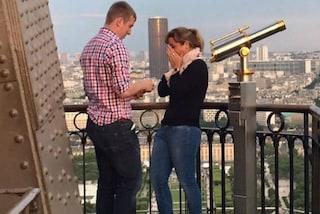 Il mistero della coppia sulla Torre Eiffel: sul web la ricerca dei promessi sposi (FOTO)