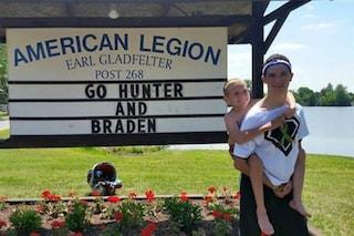 91 km con il fratello malato sulle spalle: il dolce gesto per combattere la paralisi