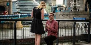Vola fino a Londra per chiederle la mano: la proposta più romantica al mondo (VIDEO)