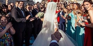 Giravano il mondo tenendosi per mano: si sono sposati e mostrano la foto sul web