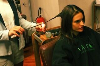 Bruciare i capelli per eliminare le doppie punte: il segreto di bellezza delle star (FOTO)