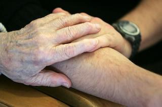 L'ultimo abbraccio tra marito e moglie: muoiono insieme dopo 75 anni di matrimonio
