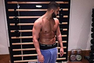 Da rapper romantico a sex symbol: Drake si spoglia e mostra i muscoli