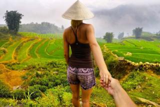 In Asia tenendosi per mano: Laura e Christian imitano la coppia più celebre dei social