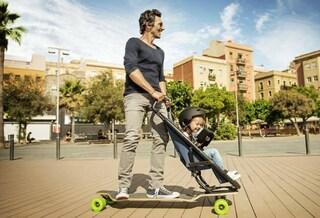 Addio ai passeggini tradizionali: arriva lo skateboard per trasportare il bimbo (VIDEO)