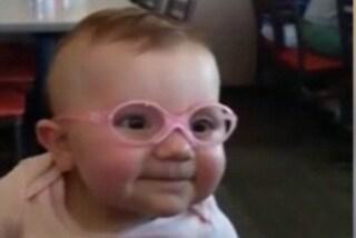 Con gli occhiali vede la mamma per la prima volta: la dolce reazione della bimba (VIDEO)