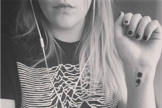 Un punto e virgola tatuato sulla pelle per combattere la depressione (FOTO)