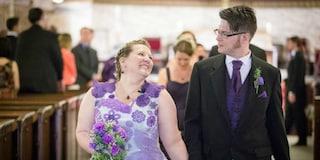 Lavora mille ore all'uncinetto per creare il suo abito da sposa