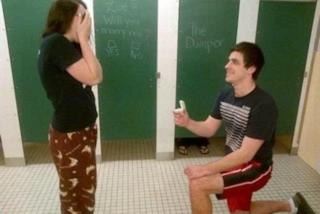 L'anello nella pizza o la scritta sulla mucca: le peggiori proposte di matrimonio (FOTO)
