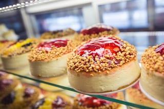 Preparare una cheesecake con 3 soli ingredienti si può: la ricetta che spopola sul web
